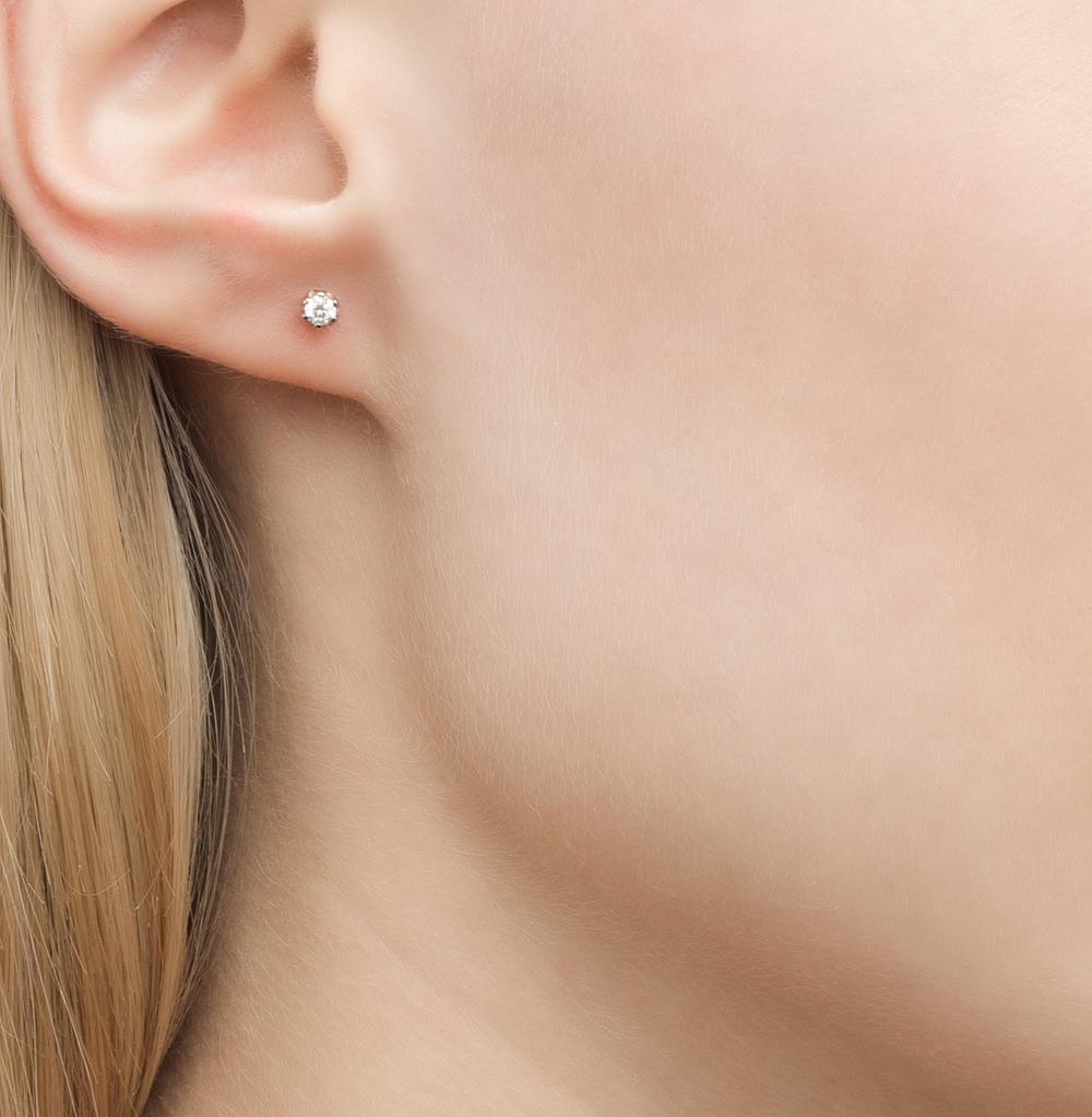 главные золотые серьги гвоздики фото в ушах ребенок