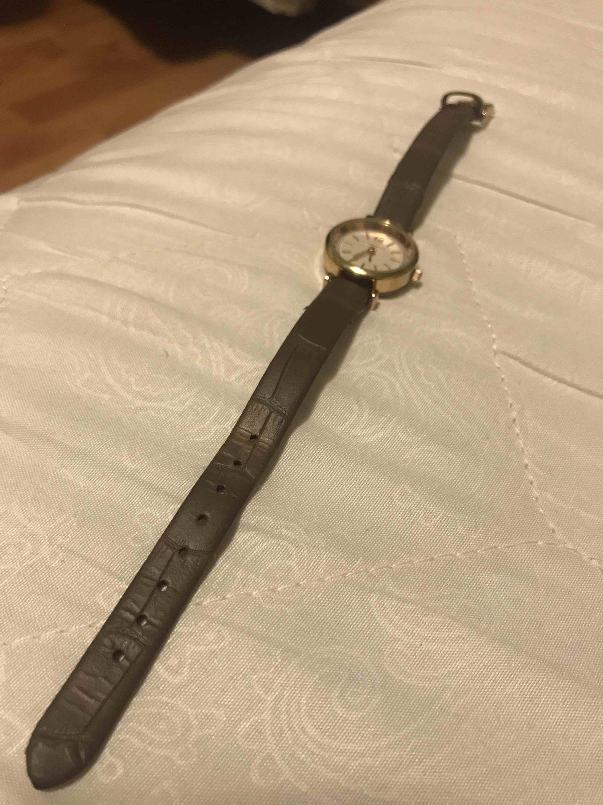 Часы на коричневом ремешке