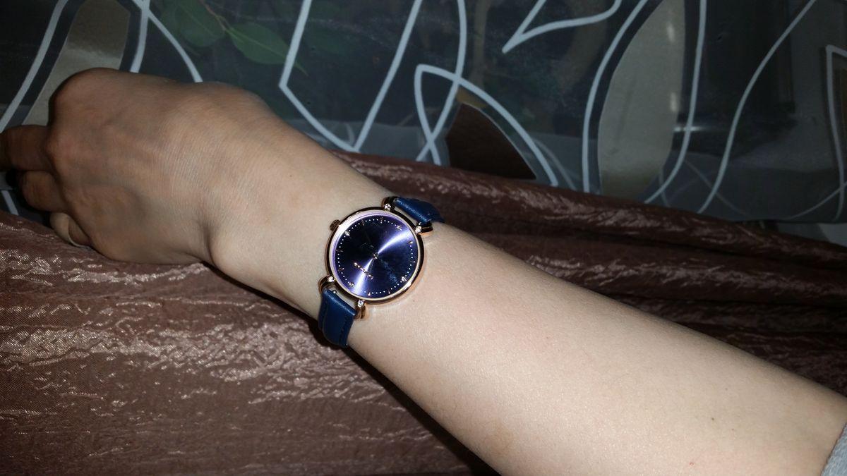 Часы благородного синего цвета.