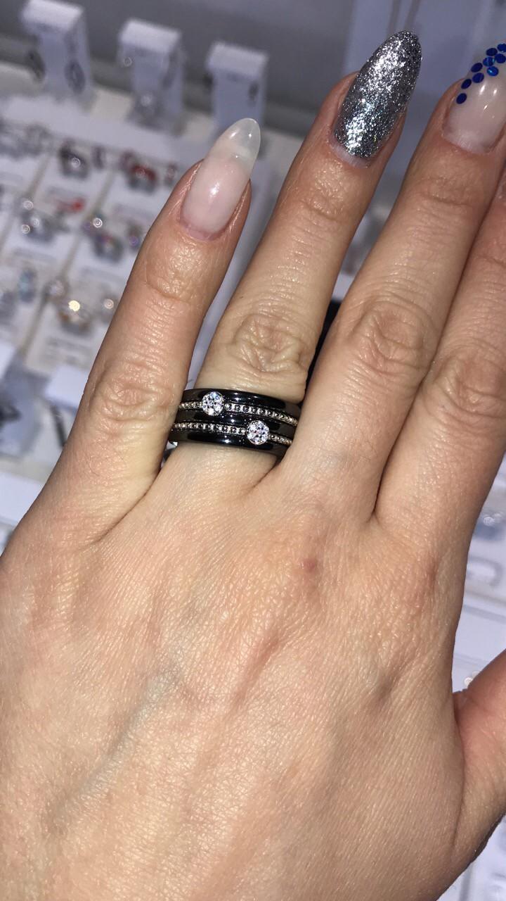 Серебряное кольцо с кнрамикой и фианитамм
