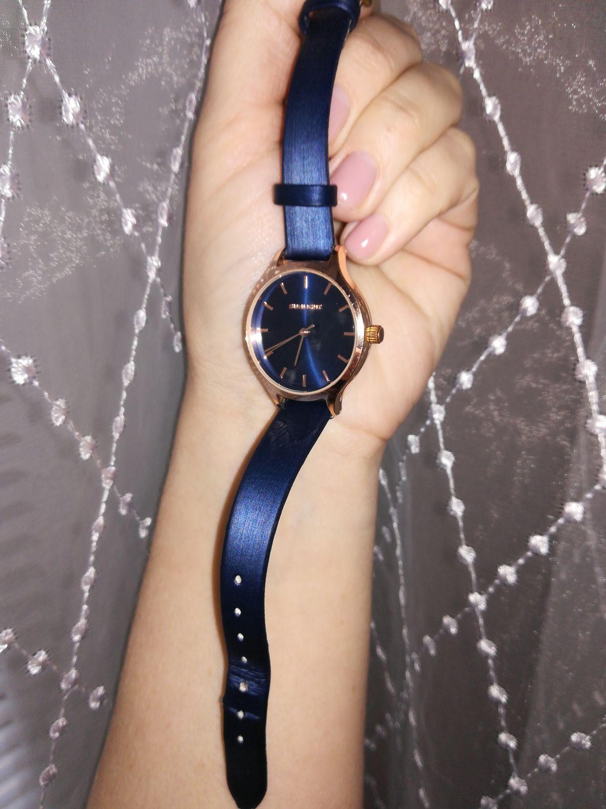Часы на синем ремешке