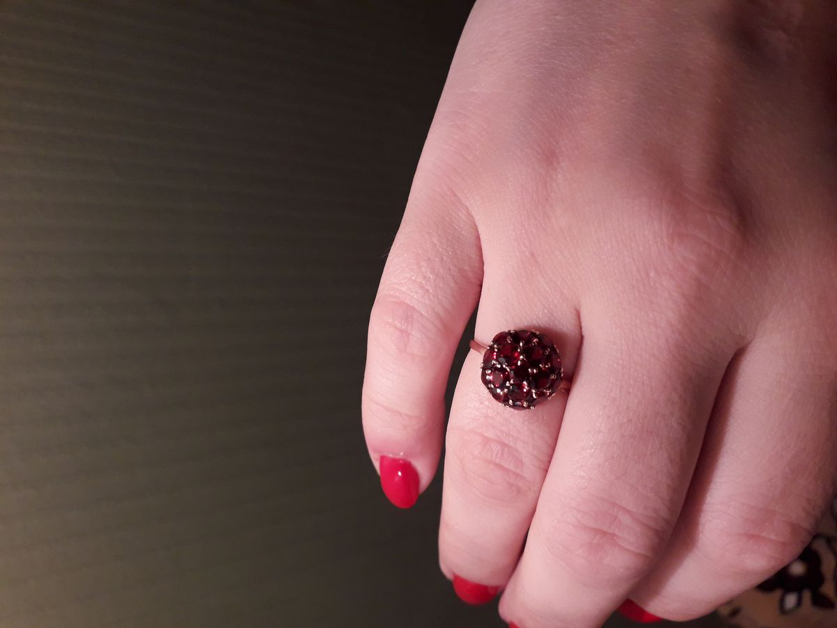 Кольцо в виде красного цветка