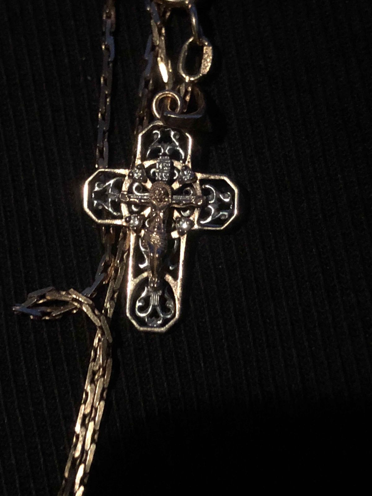 Золотой православный крест.