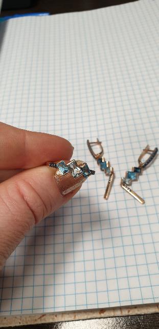 Очень нежное кольцо!!В комплекте с серьгами еще круче)