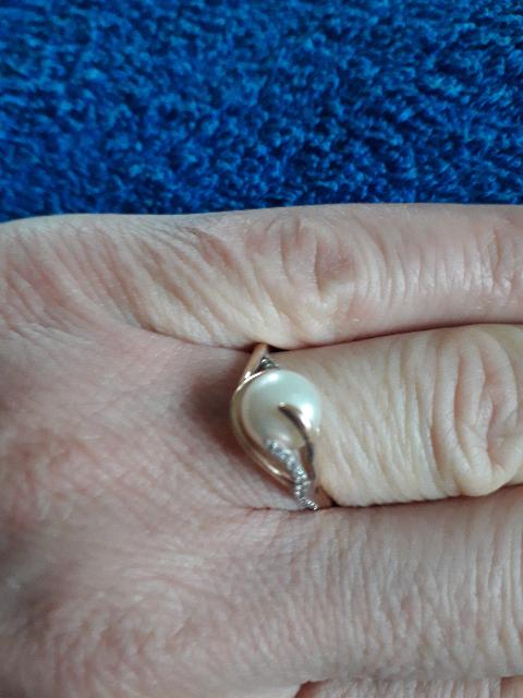Золотое кольцо с фианитом и жемчугом