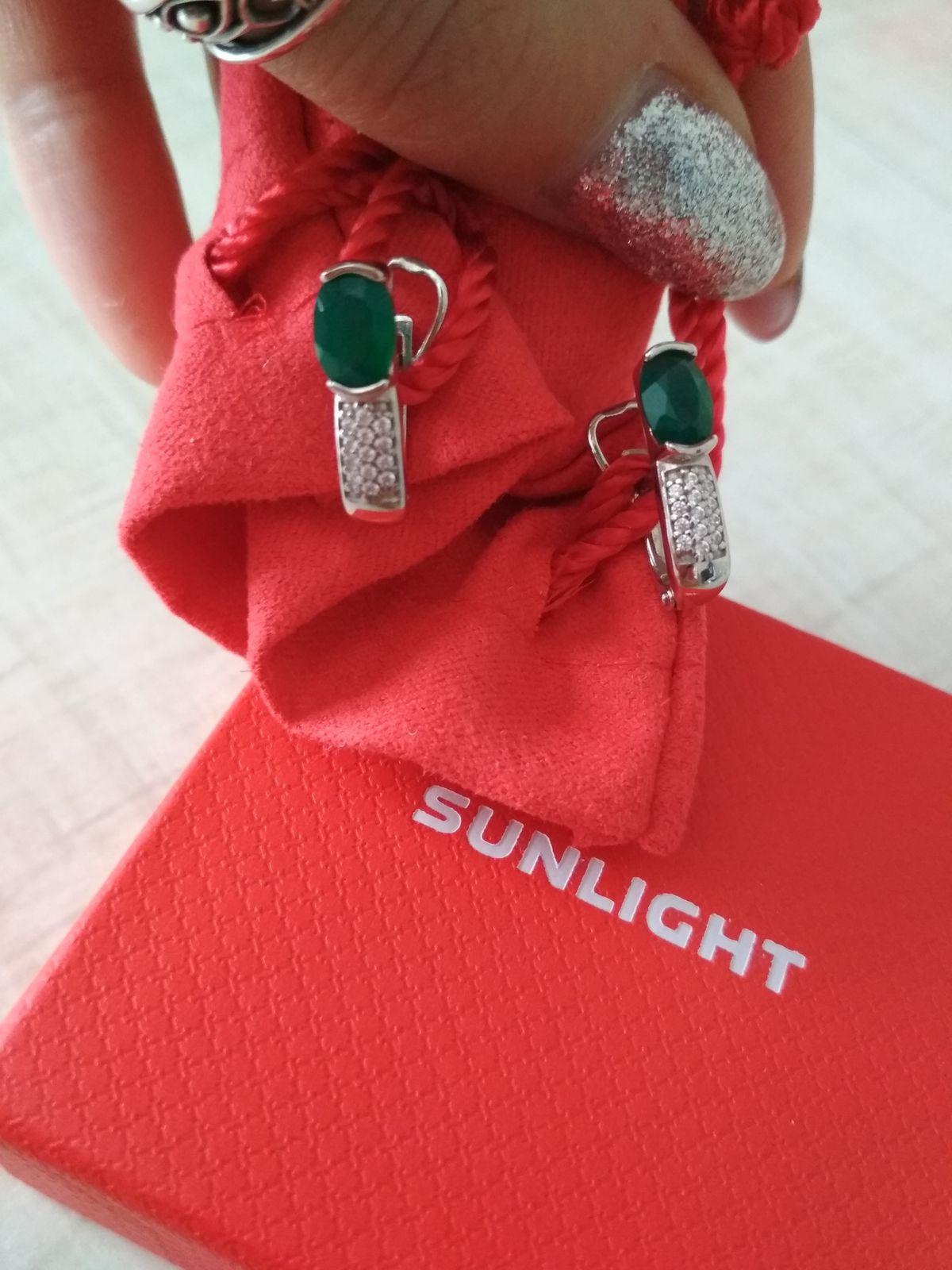 Красивые, классические, серебряные серьги с зелёным агатом и фианитами.