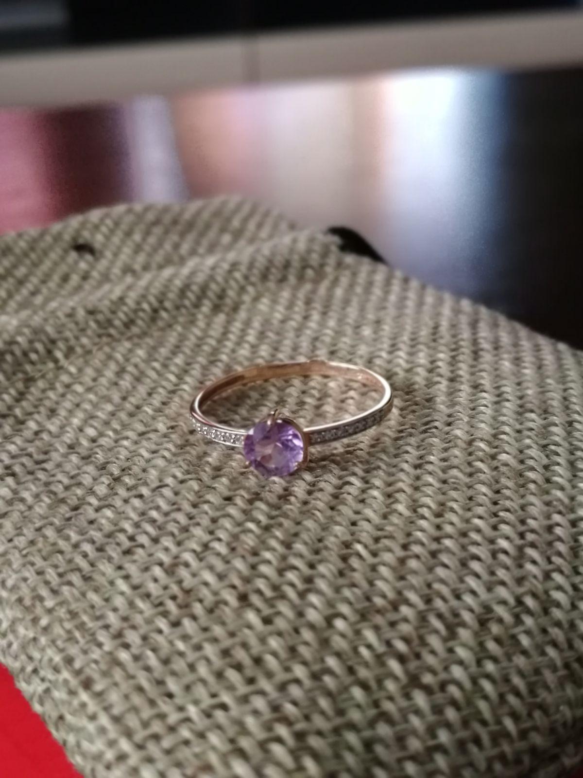 Золотое кольцо с фианитами и аметистом