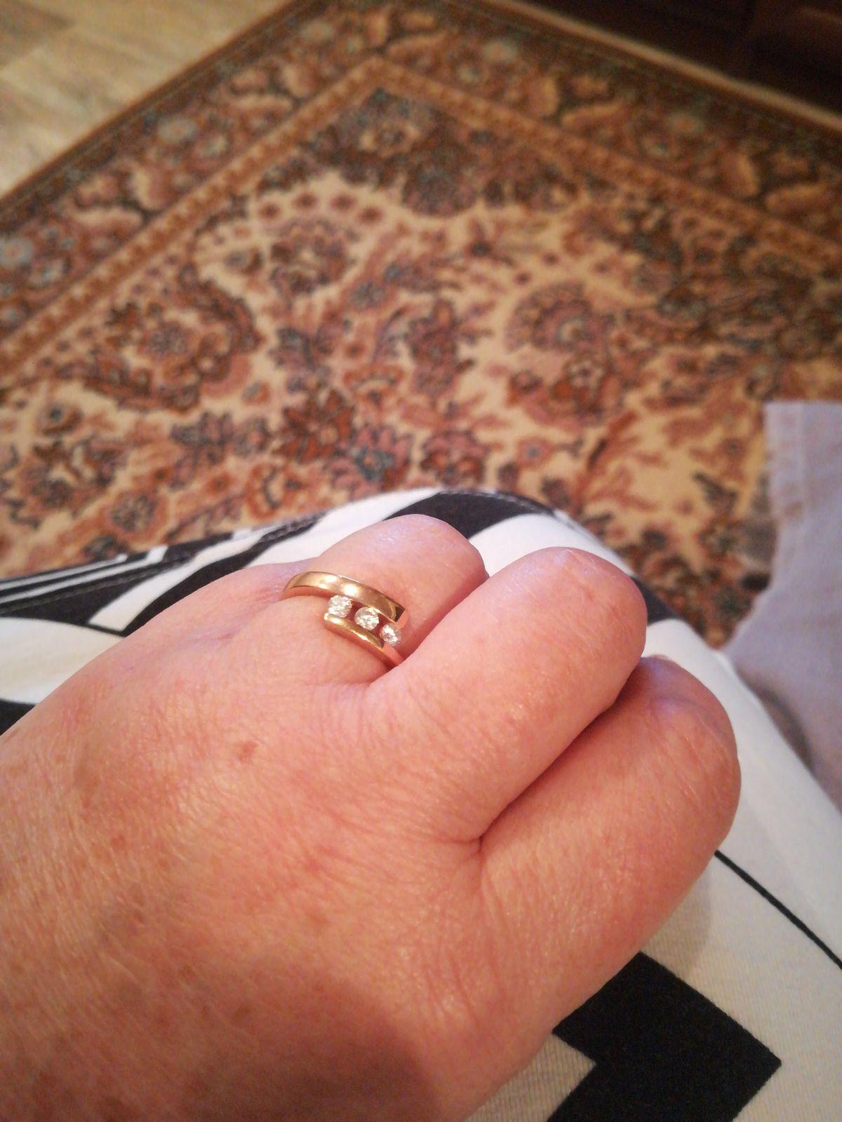 Очень красивое кольцо. Хоть не золотое.
