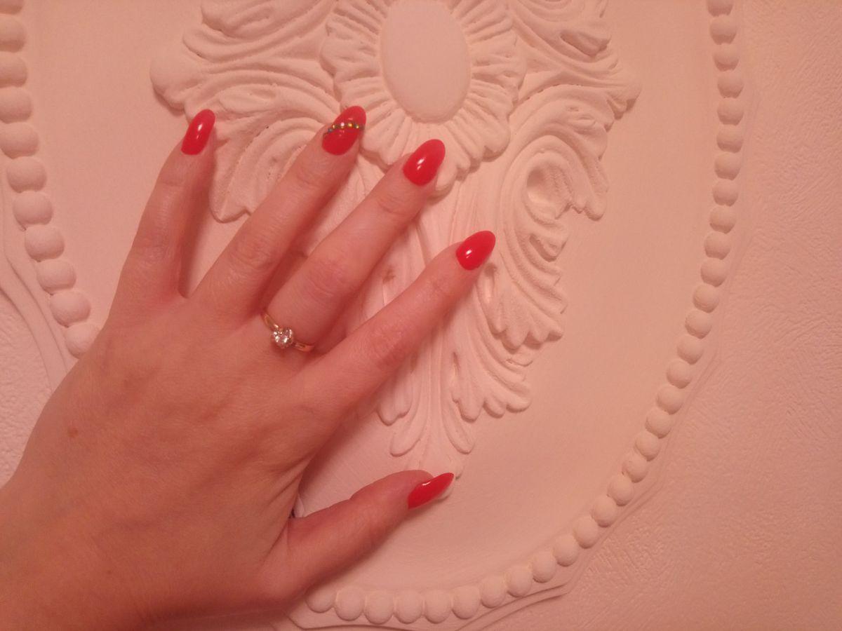 Кольцо очень красивое, ярко блестит бриллиант.