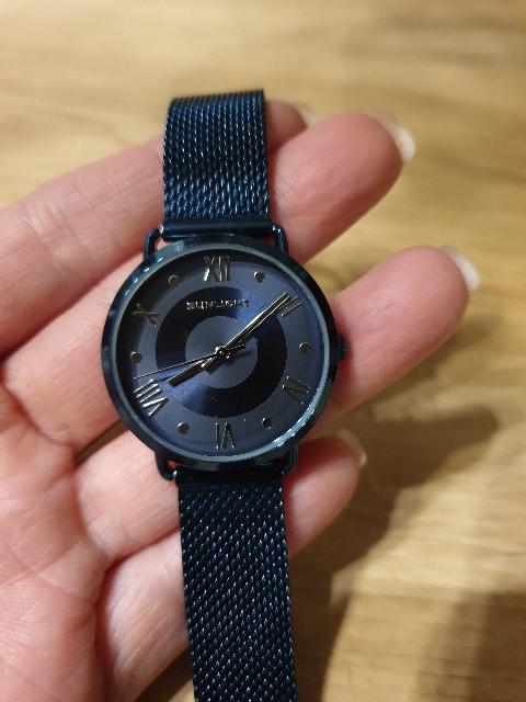 Синие часы на миланском браслете