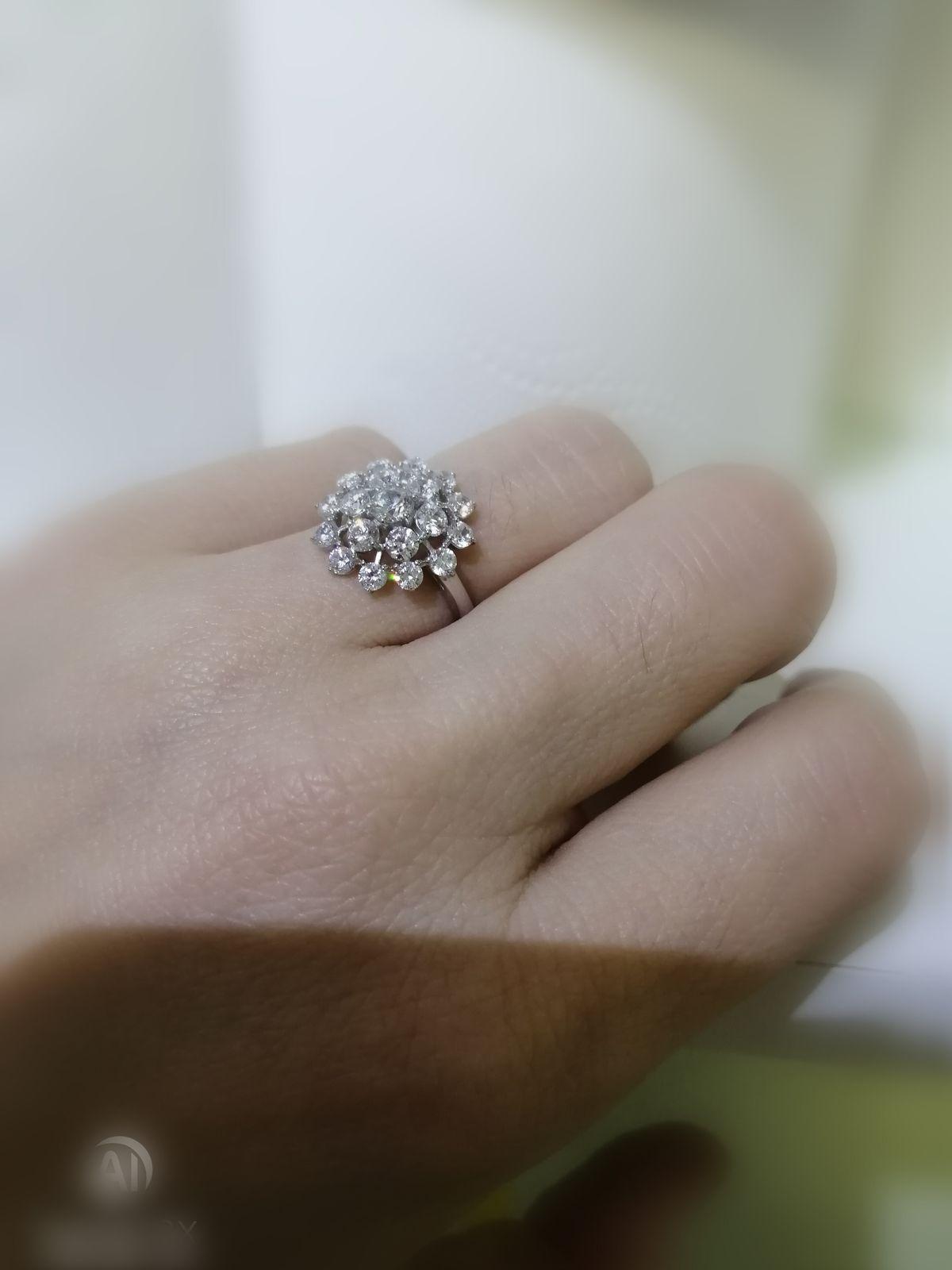 Красивое блестящее, абсолютно самодостаточное кольцо.