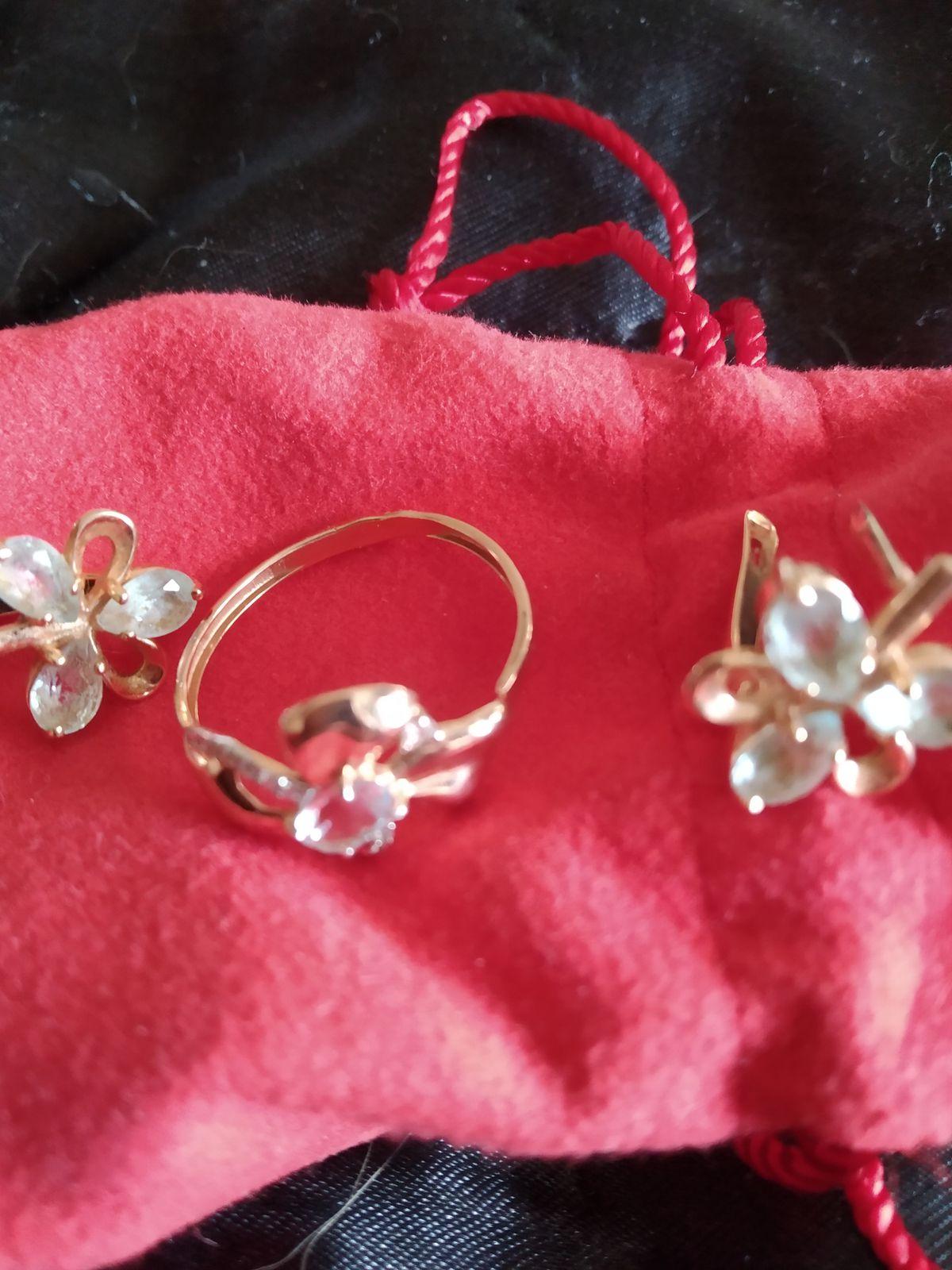Кольцо золотое с топазом и фианитами.