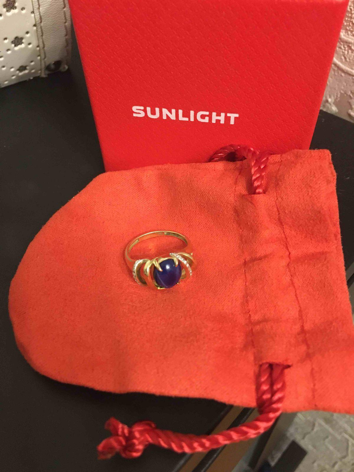 Золотое кольцо с звездчатым сапфиром.
