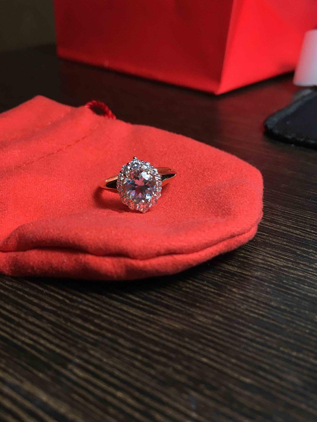 Очень аккуратное,нежное кольцо с голубым топазом.