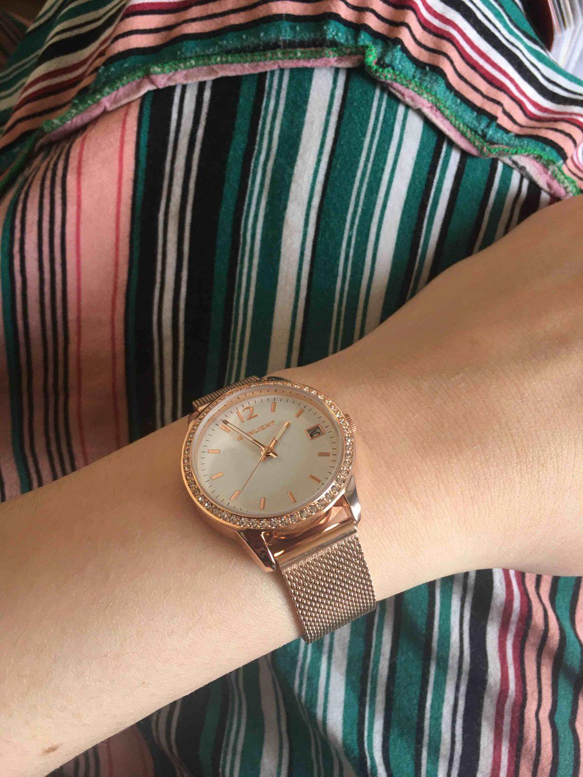 Нежные красивые часы