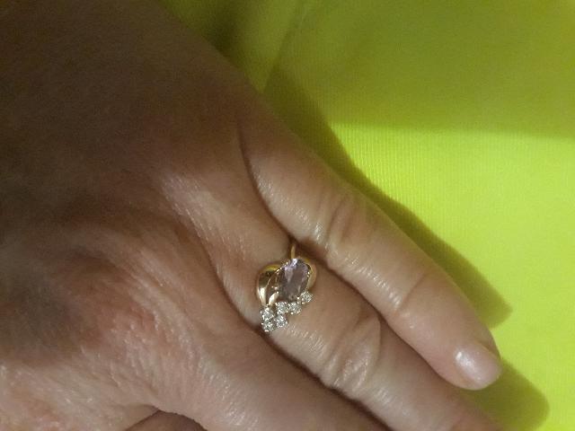 Зрлотое кольцо с фианитами и аметистом