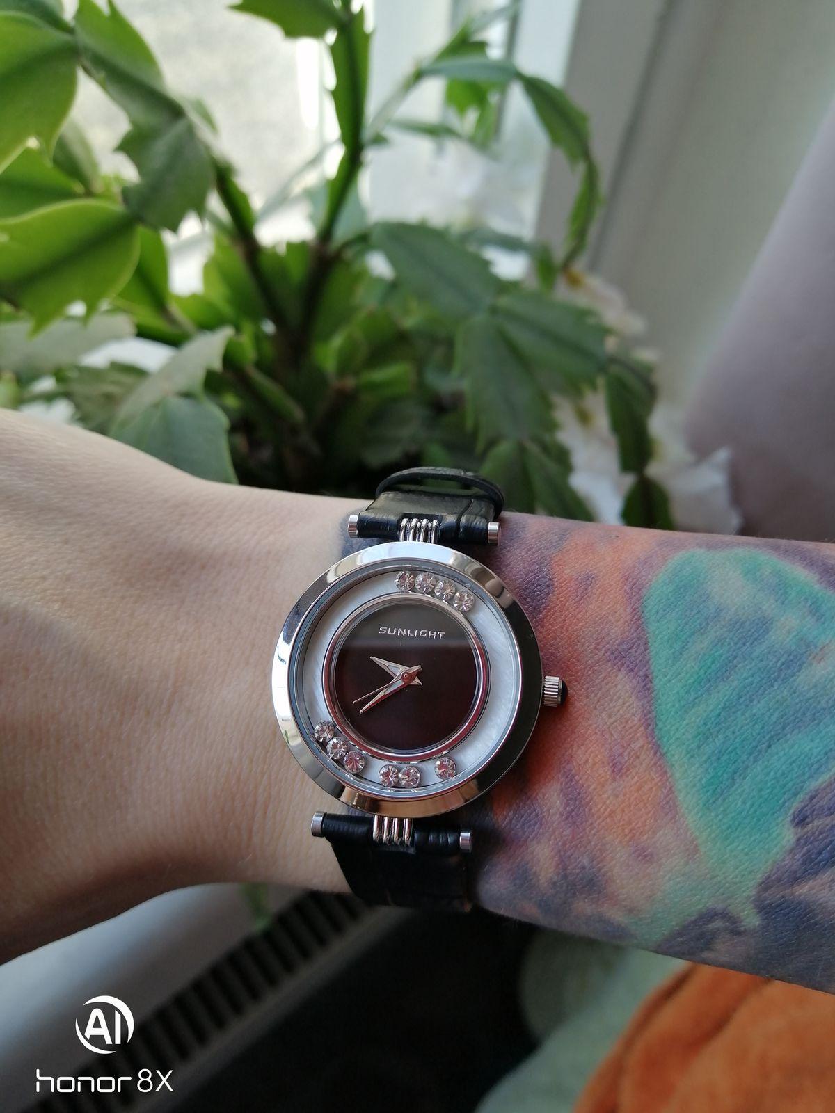 Лаконичный простые повседневные часы, как лёгкий строгий аксессуар.