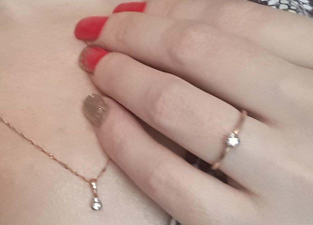 Аккуратное кольцо с небольшим бриллиантом