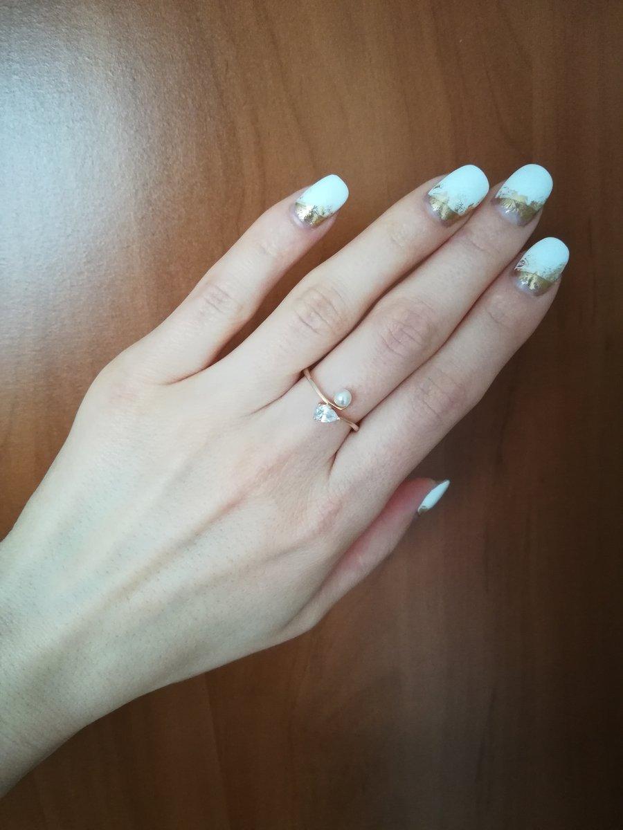 Утонченное кольцо с фианитом и жемчугом.