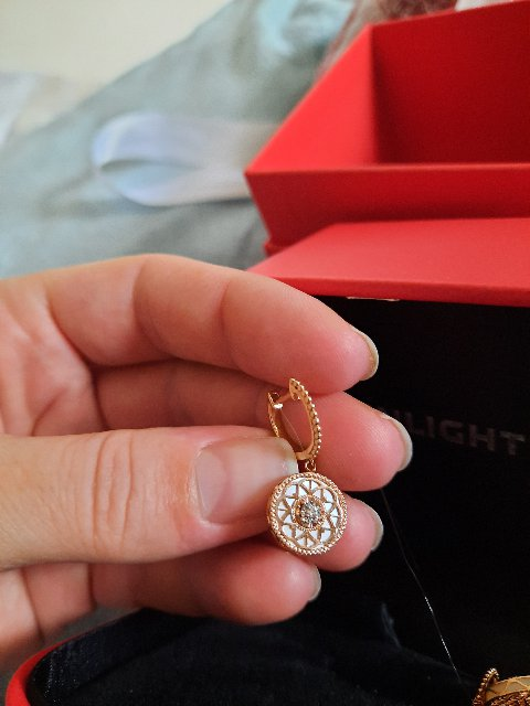 Золотые серьги с перламутром и бриллиантами.