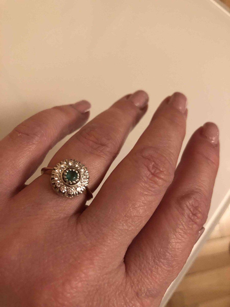 Отличное кольцо с изумрудом и бриллиантами