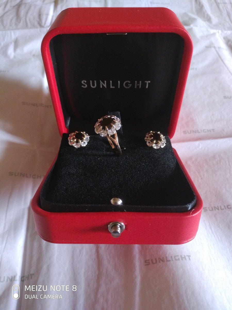Купила золотое кольцо с фианитами и гранатом.