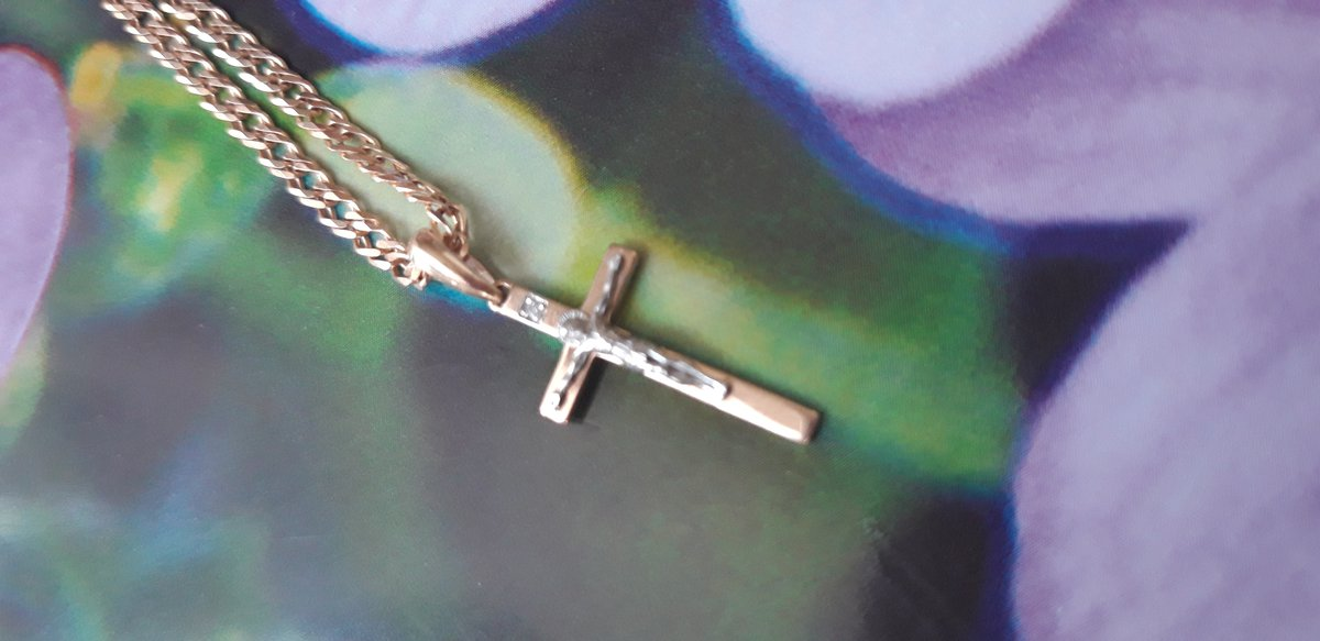 Красивый крестик из золота и с брилиантиком,очень милый,красивый!