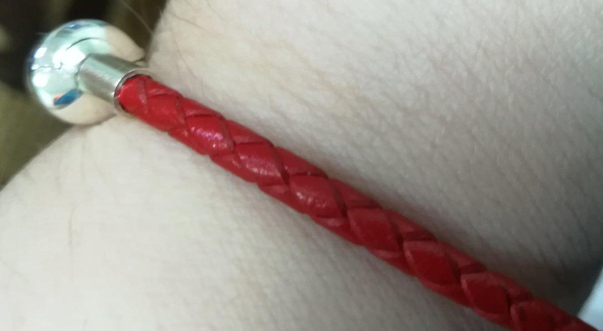 Красный браслет.