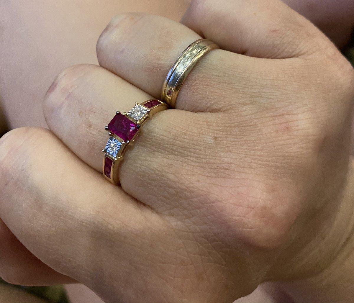 Кольцо золотое с рубинами