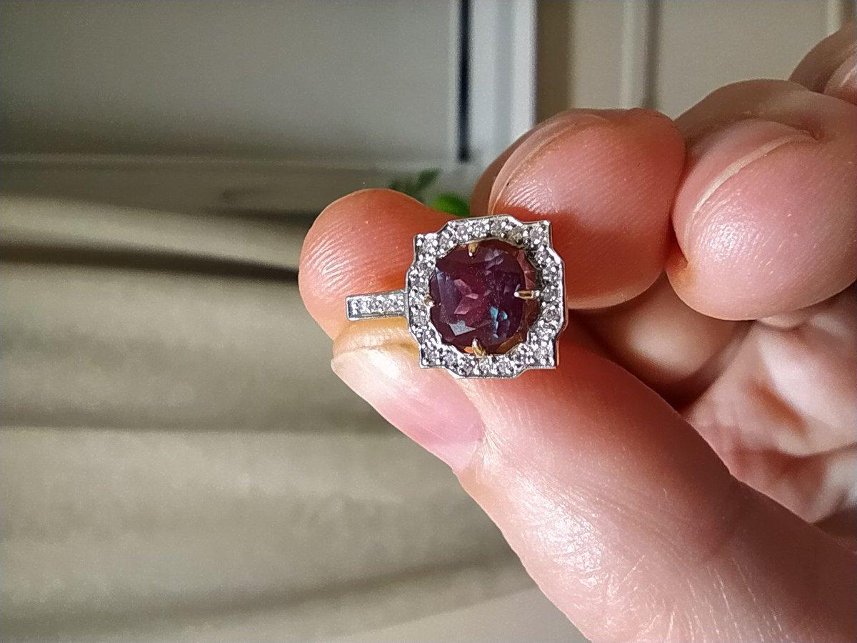 Фантастический александрит в окружении бриллиантов