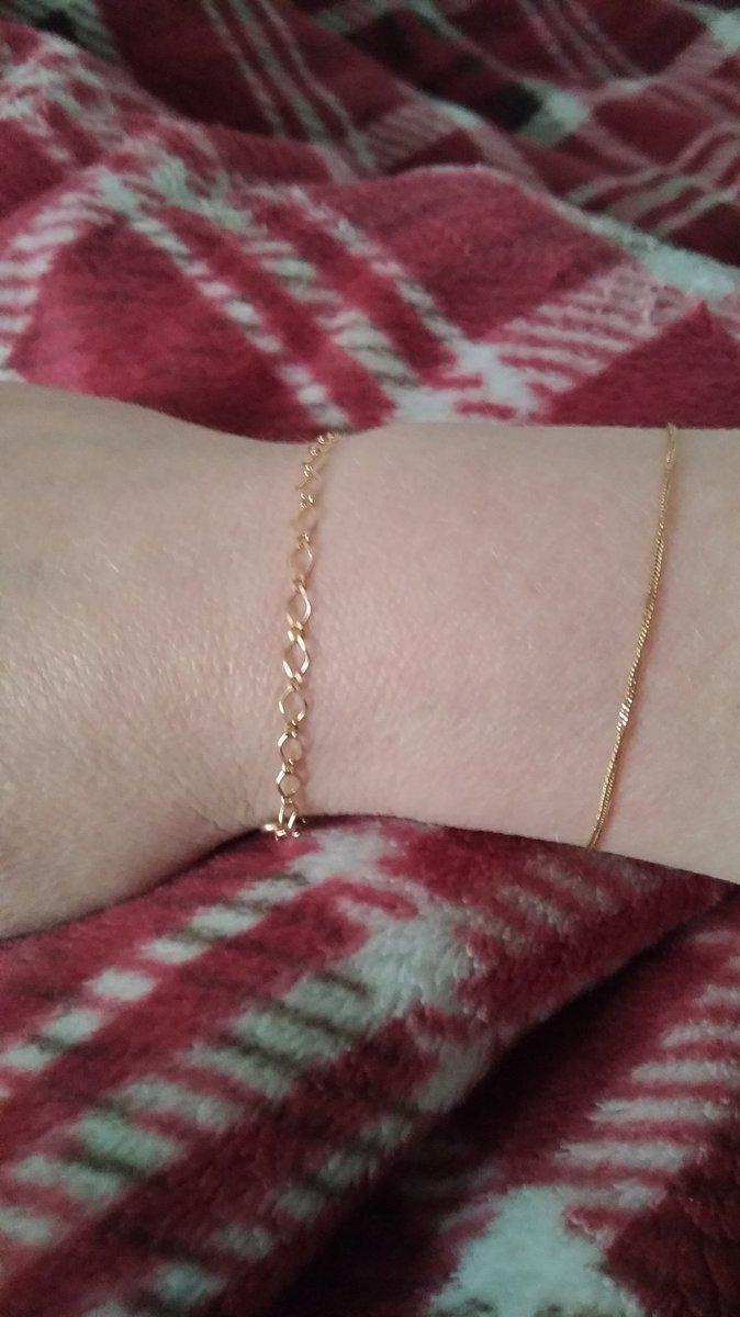 Купила браслет себе, но можно и на более тонкую руку благодаря звеньям