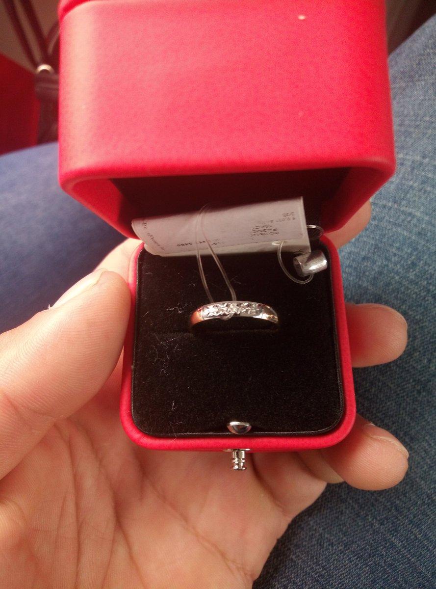 Очень красивое кольцо то что нужно для свадьбы, и золото и брилианты!!!