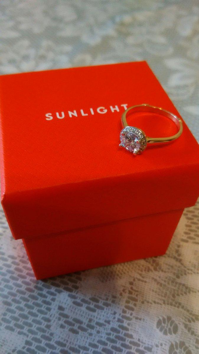 Купила два кольца ,одно подруге подарила! Похоже на золотое!