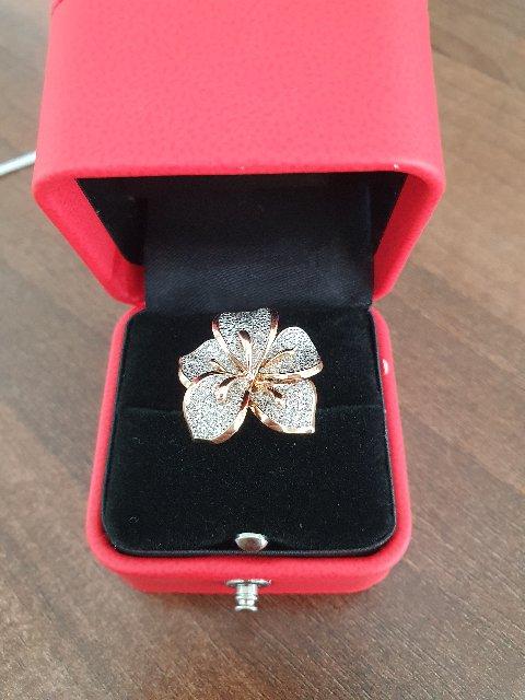 Прекрасный цветок из бриллиантов
