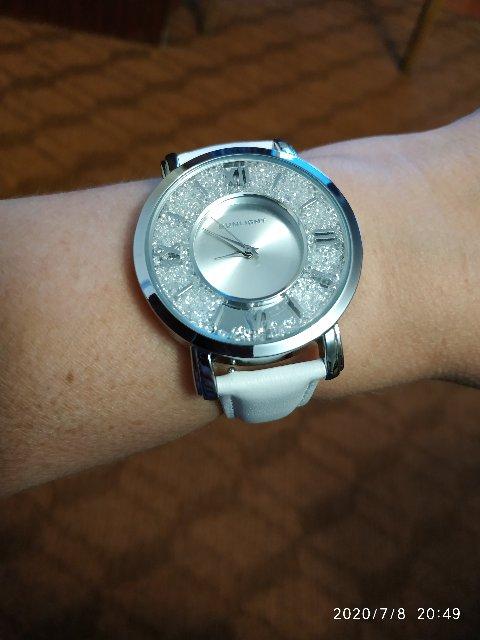 Женские часы с белым кожаным ремешком