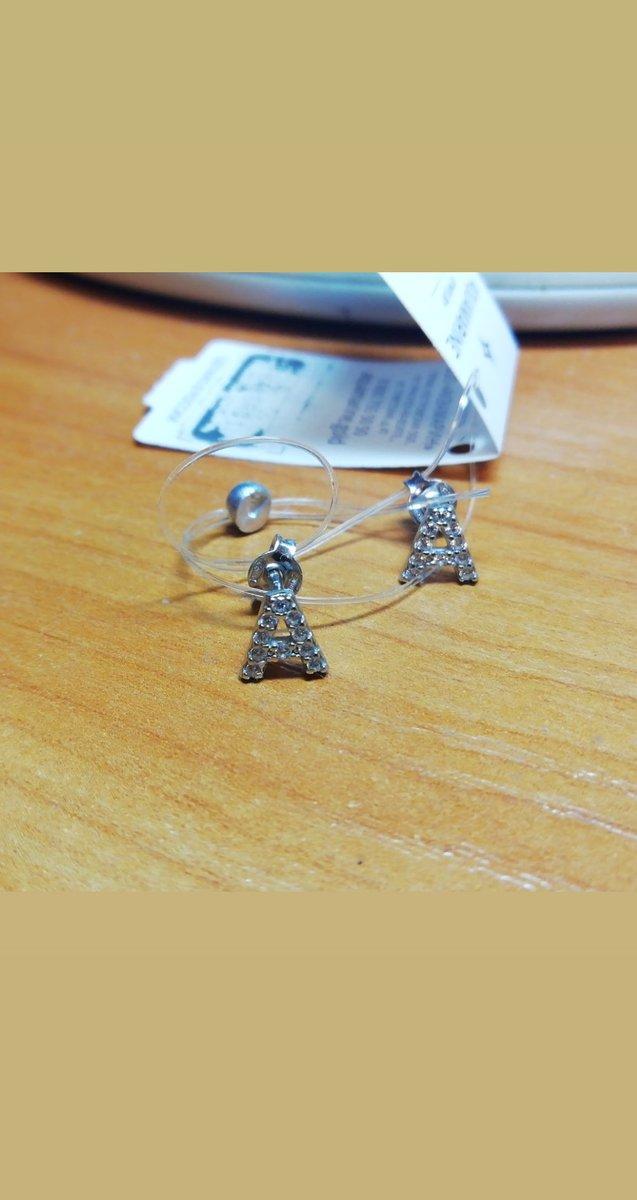 Серебряные серьги - отличное дополнение образа.