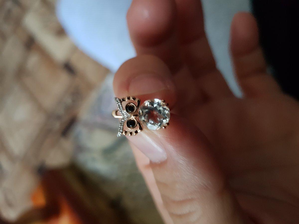 Очень милые совушки.большой камень бесцветный и играть начинает от вспышки.