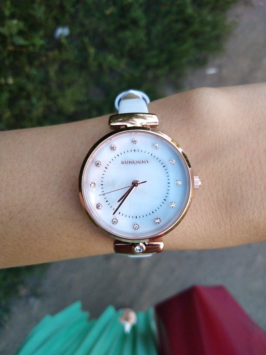 Белые часы с перламутровым циферблатом