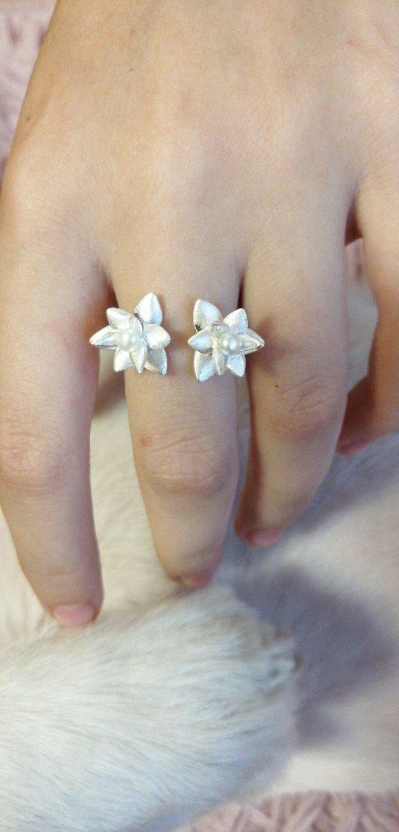 Оригинальное и очень нежное кольцо.