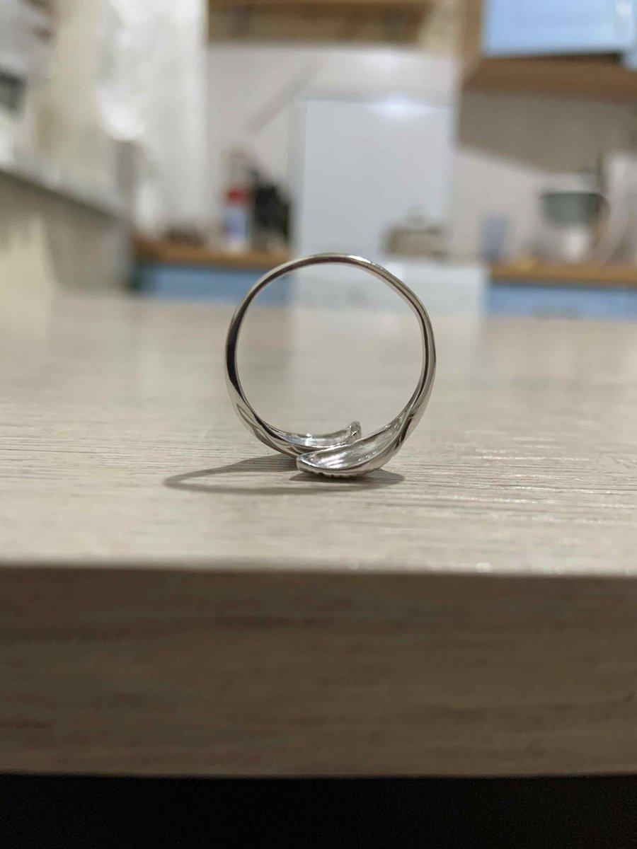 Кольцо гнется во все стороны, очень хлипкое.