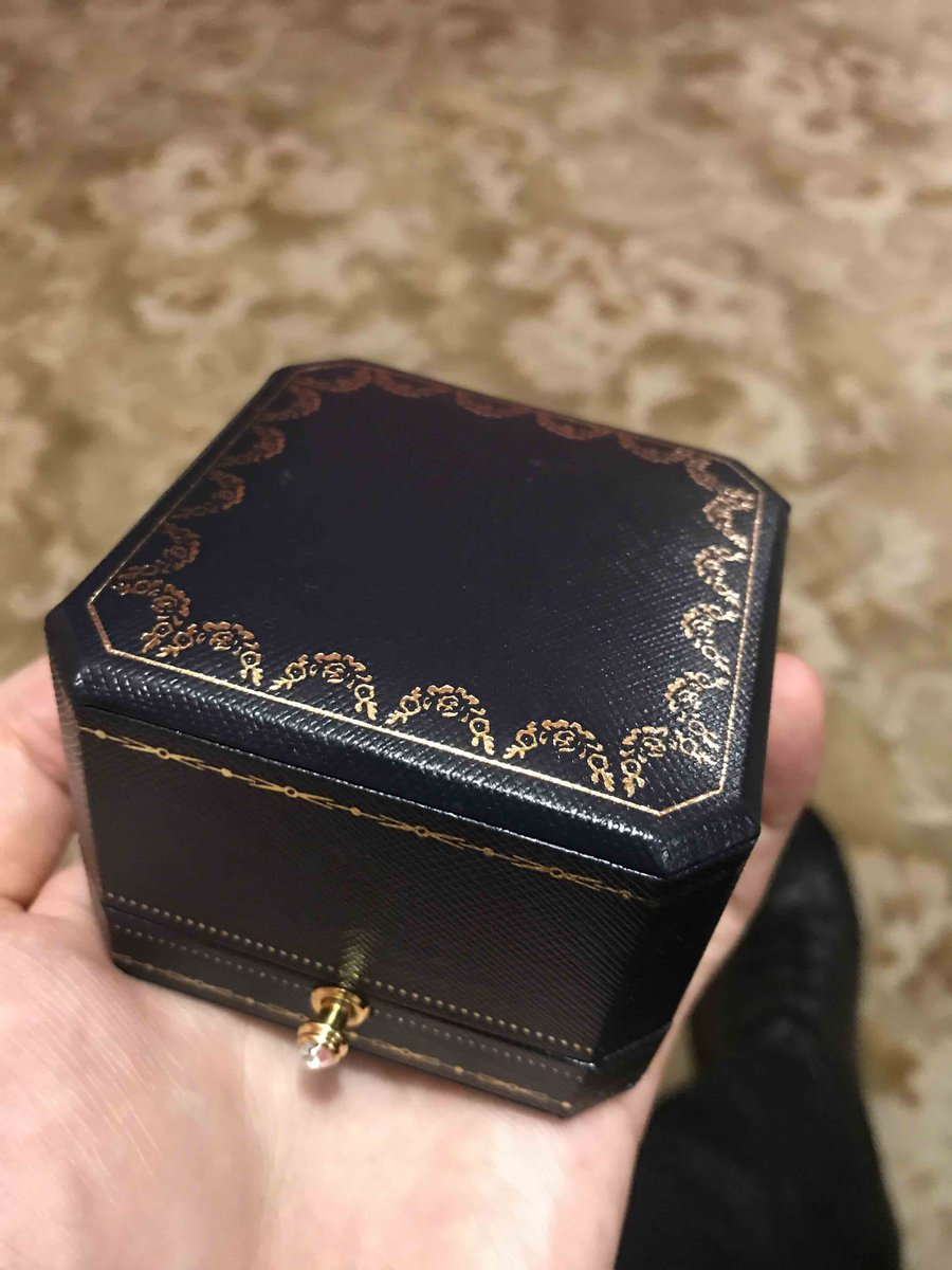 Обручальное кольцо с брилиантами, очень красивое и богато смотрится))