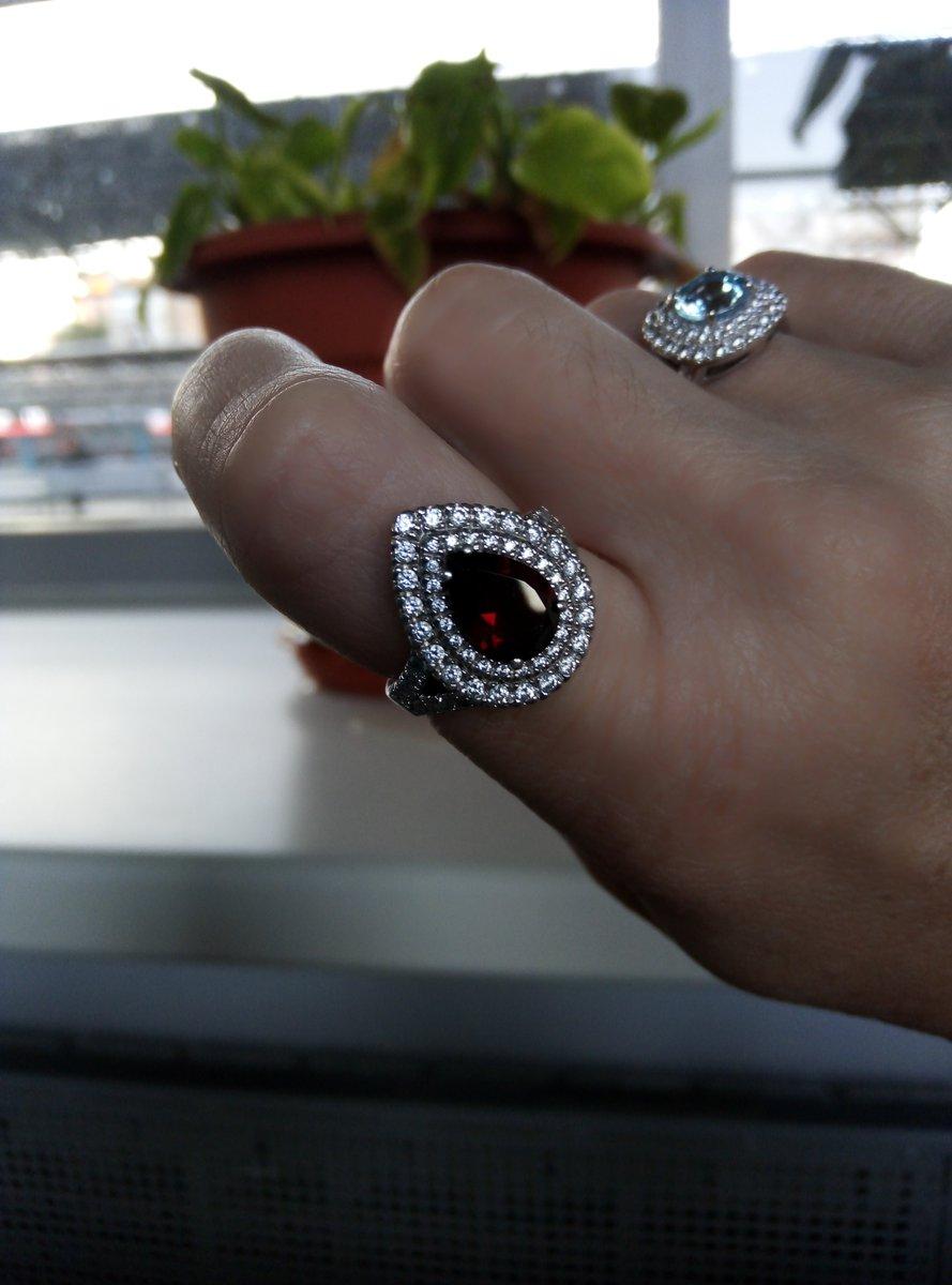 Серебряное кольцо с фианитами и гранатом.