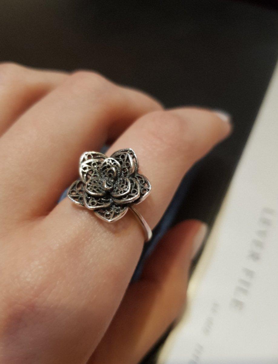 Серебряное кольцо в форме цветка.