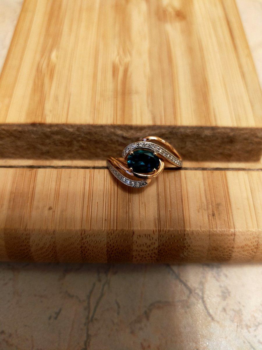Кольцо с искусственным изумрудом и бриллиантиками.