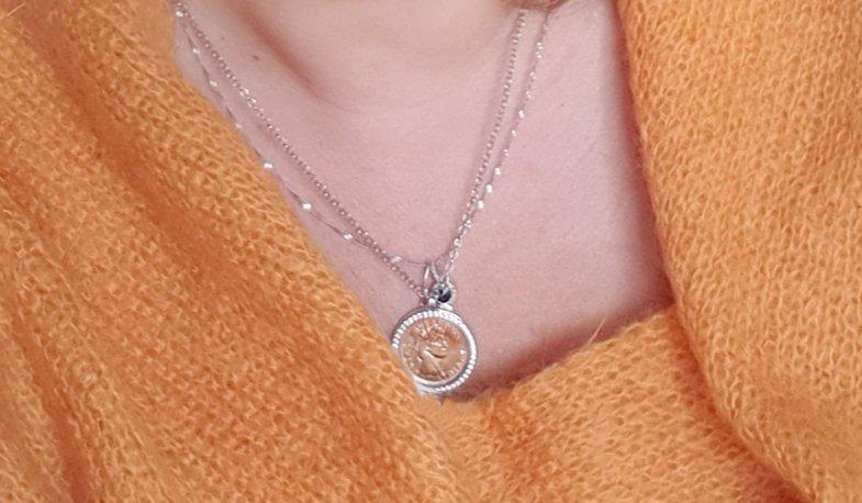 Стильное серебрянное шейное украшение с фианитами