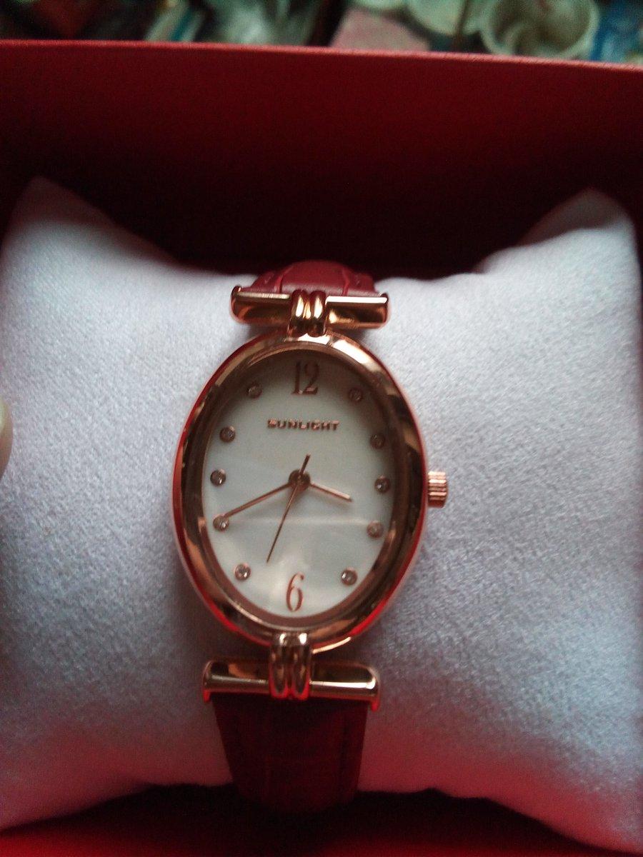 """Часы наручные """"sunlight"""" овальной формы на кожаном ремешке."""