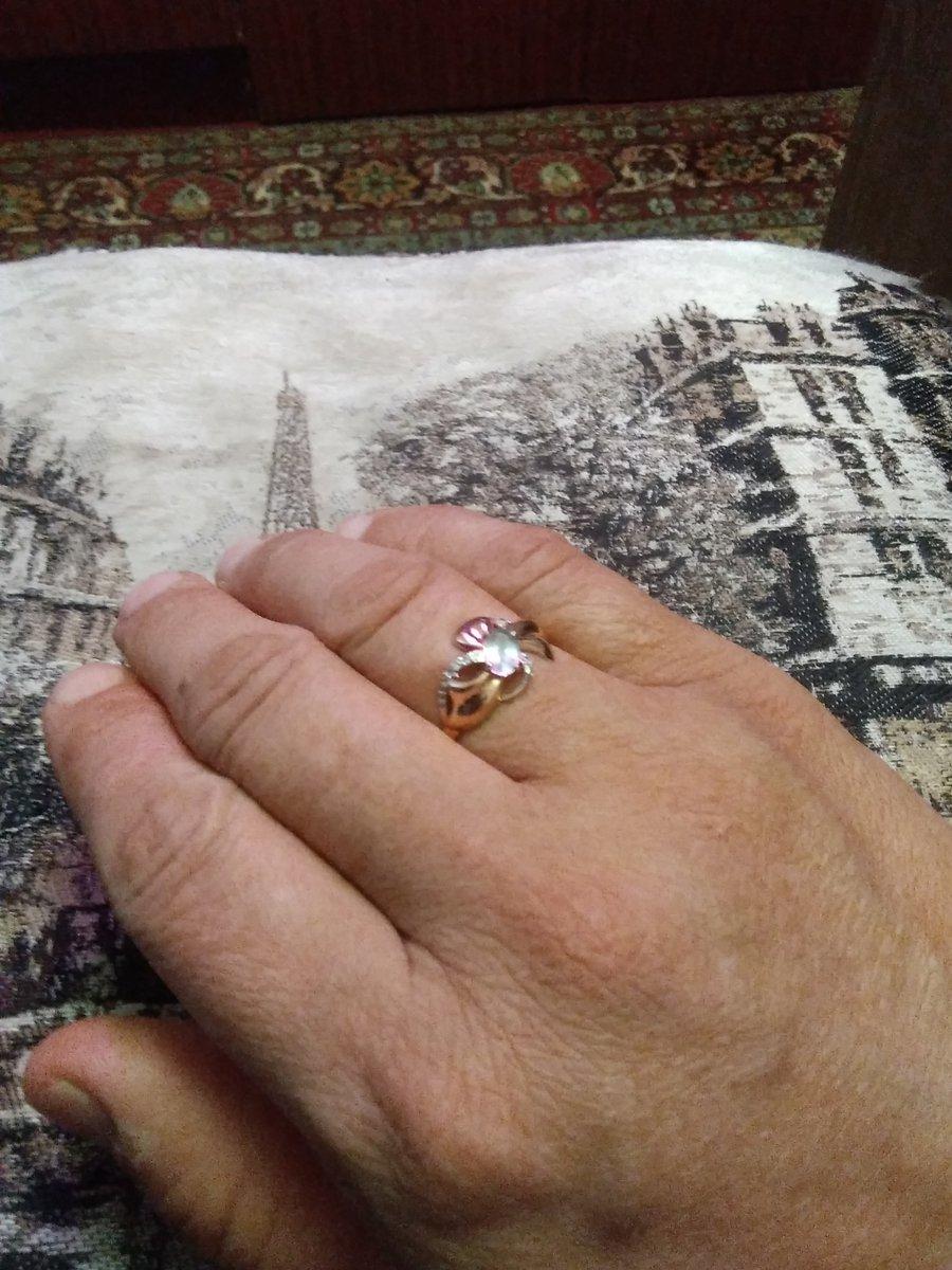 Кольцо с топазом и фианитами.
