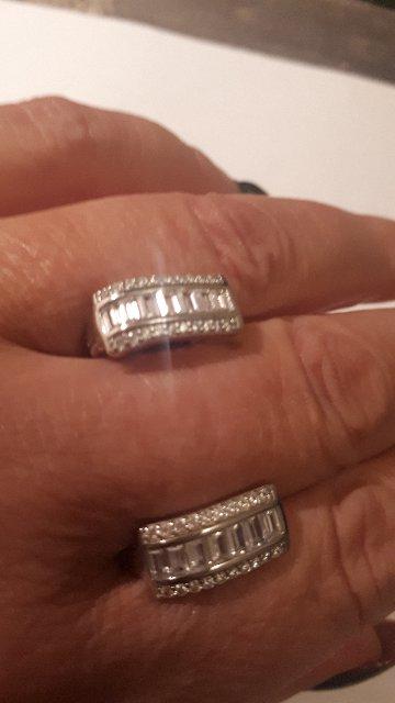 Серебряные серьги с дорожкой фианитов.