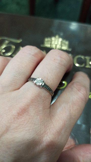 Кольцо с белым и чëрными бриллиантами.