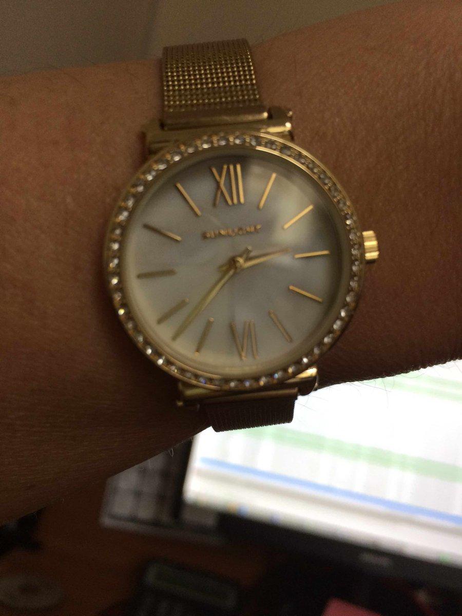 Часы с браслетом под желтое золото.